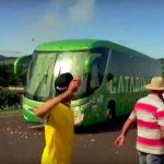 Fanit kivittivät Brasilian bussia, kun joukkue palasi takaisin kotiin Venäjän MM-turnauksesta.