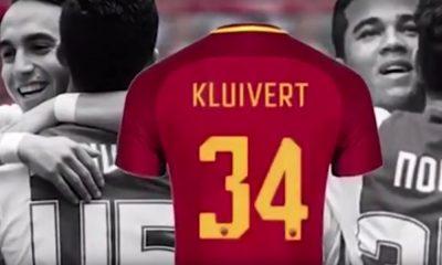 Justin Kluivertilta nähtiin upea ele, kun hän valitsi pelinumeronsa kentälle tuupertuneen Appie Noukirin kunniaksi.