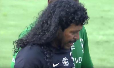 Rene Higuita löi fania hyväntekeväisyyspelissä.