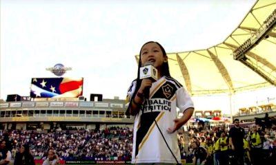 7-vuotias näytti miten kansallishymni lauletaan.