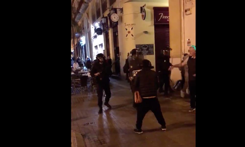 Espanjan poliisit hyökkäsivät Celtic-fanien päälle pamput ojossa.