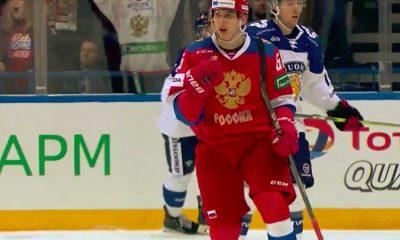 Ilya Mikheyev seuraamassa Nikita Gusevia Vegas Golden Knightsiin.