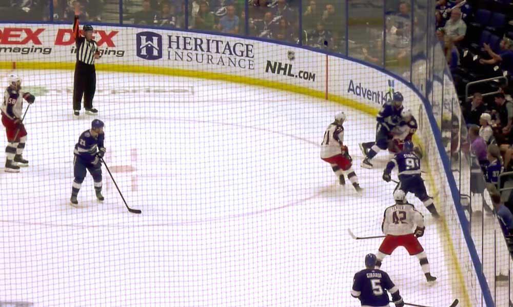 NHL Pudotuspelit 2019: Nikita Kucherov taklasi törkeästi polvillaan ollutta Nutivaaraa päähän!