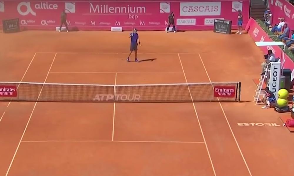 Luontoäiti puuttui peliin Tenniksen ATP-turnauksessa, jossa nähtiin syöttö, jonka varmasti jokainen tennisammattilainen haluaisi oppia.