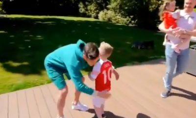 Mesut Özil yllätti vakavasti sairaan pojan kutsumalla hänet kotiinsa.