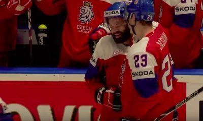 Italialaisvahti hörppäsi Radko Gudasin vedon puolesta kenttää jääkiekon MM-kisojen 2019 alkulohkon ottelussa.