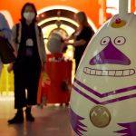 """""""Löikö Mörkö Sisään?"""" -kappaletta toistava Telian mörkö-robotti hämmentää Helsinki-Vantaalla."""