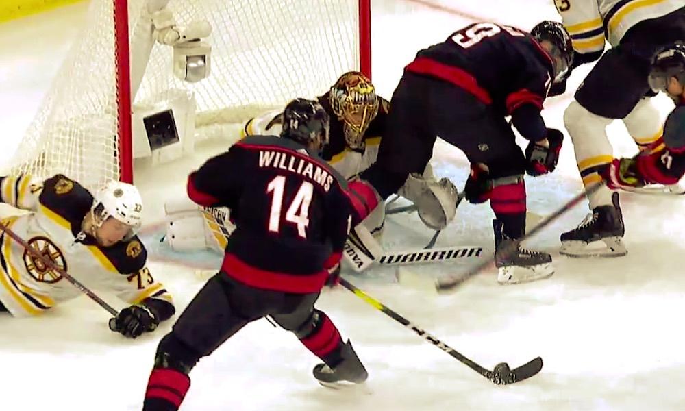 Tuukka Rask ilmiliekeissä Carolina Hurricanesia vastaan: Boston Bruins johtaa Itäisen konferenssin finaalisarjaa jo voitoin 3-0.