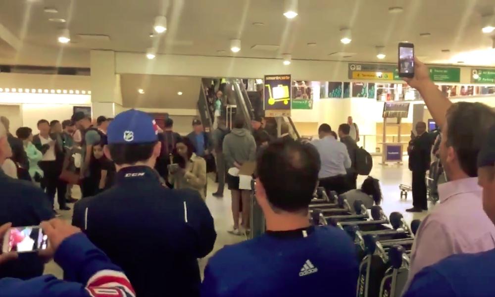 Kaapo Kakko sai upean vastaanoton New Yorkissa; häntä oli vastassa, heti lentokentällä, NY Rangers -faneja.