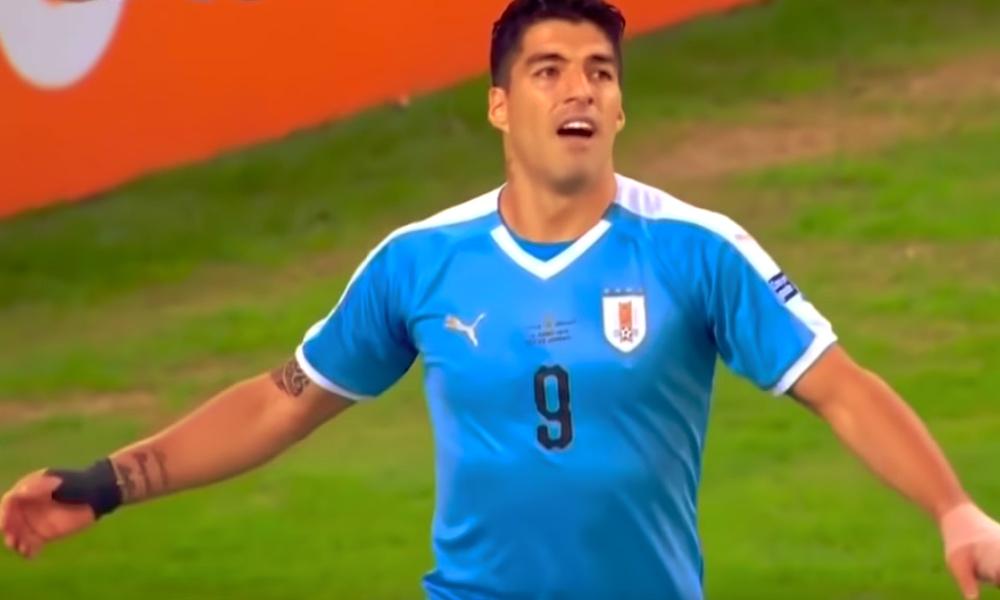 Luis Suarez viittoili käsipalloa Copa American alkulohkon päätösottelussa Chileä vastaan ja tuntui unohtaneen, että maalivahti saa käyttää käsiään torjumiseen jalkapallossa.