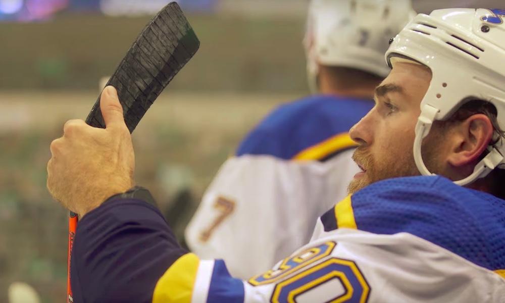 St. Louis Bluesin Ryan O'Reilly osti Boston-fanille kitaran, vaikka hän pelaa parhaillaan Stanley Cup -finaaleissa Boston Bruinsia vastaan.