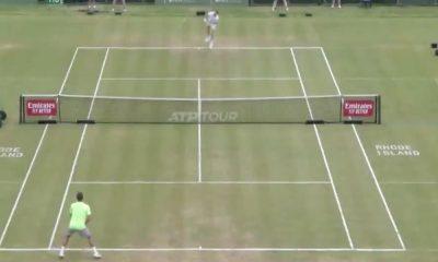 Venäläinen Alex Bublik löi mielettömän koholyönnin ATP-turnauksessa Yhdysvaltain Newportissa. 22-vuotias häikäisi yleisöä hurjalla lyönnillään.