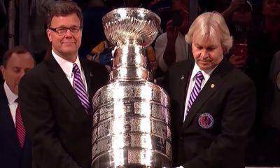 The Hockey Newsin toimittaja ihmettelee Stanley Cup -pokaalin ala-arvoista käsittelyä St. Louis Bluesin Robby Fabbrin tempauksen jälkeen.
