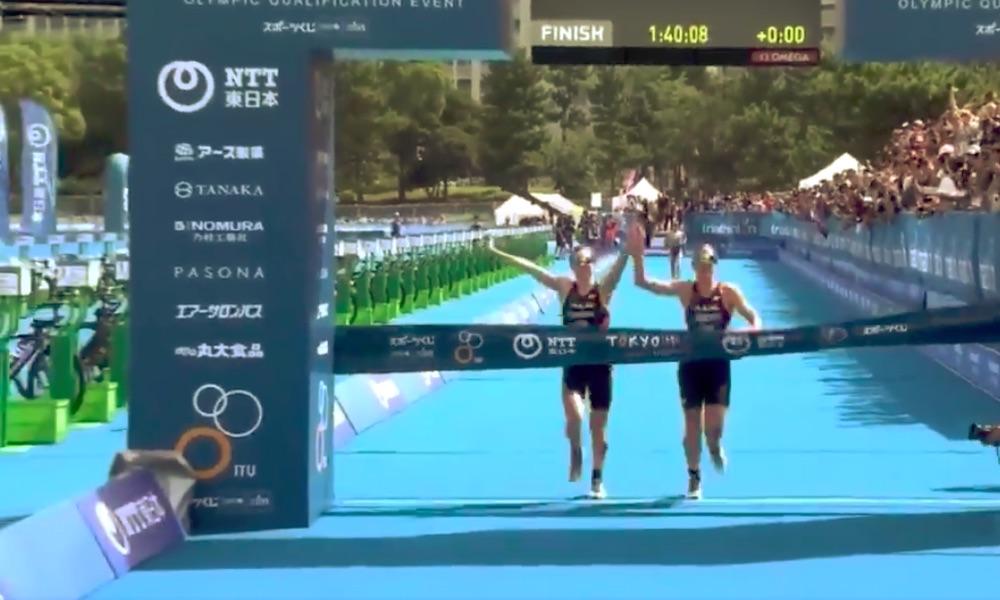 Käsi kädessä maaliin tulleet triathlonistit hylättiin ja sen seurauksena he saattavat menettää olympiapaikkansa.
