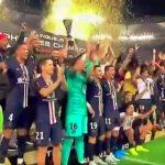 Kylian Mbappe tönäisi Neymarin pois, kun PSG juhli Ranskan Super Cupin voittoa.