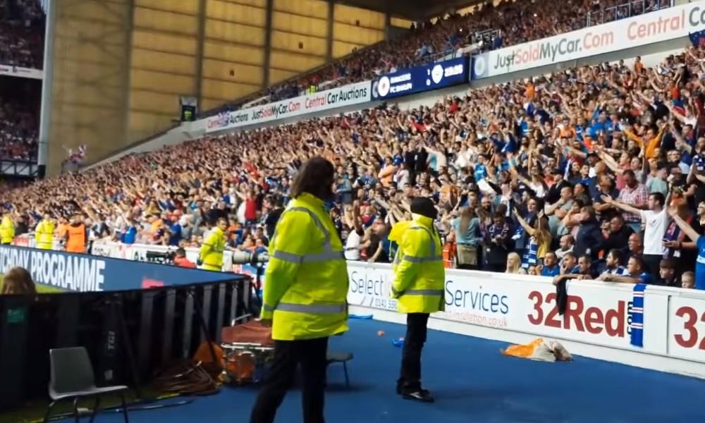 Rangers FC:n fanit tippuivat katosta läpi juhliessaan voittomaalia.