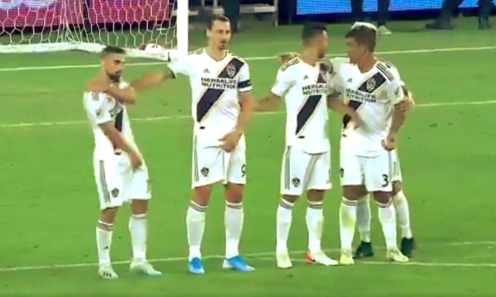 Zlatan tönäisi joukkuekaverin pois - ei niin kovin kauniilla tavalla.