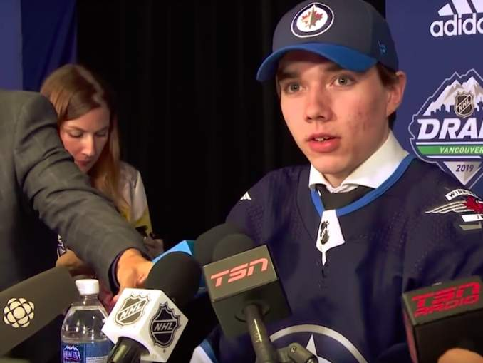 Suomalaispuolustaja Ville Heinola aloittaa kautensa NHL:ssä, kun hän raivasi tiensä Winnipeg Jetsin NHL-miehistöön.