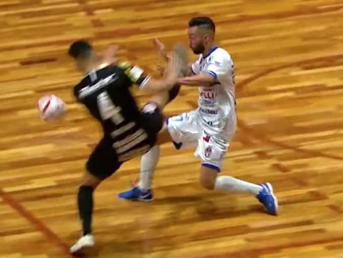 Futsal-ottelussa karmiva tilanne: Brasilialainen futsal pelaaja menetti tajuntansa, kun vastapuolen pelaaja potkaisi karatemaisella potkulla häntä päähän.