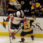 Boston Bruinsin Brad Marchandilta salamannopea väistöliike Anaheim Ducksin Max Comtois'n hyökkäysyritykseen.