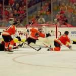 Philadelphia Flyersin maalivahti Carter Hartin hanska heilahti käsittämättömällä tavalla New Jersey Devilsiä vastaan, kahden miehen alivoimalla, ja ex-NHL-vahti Kevin Weekes kutsui torjuntaa yhdeksi kaikkien aikojen hienoimmista.
