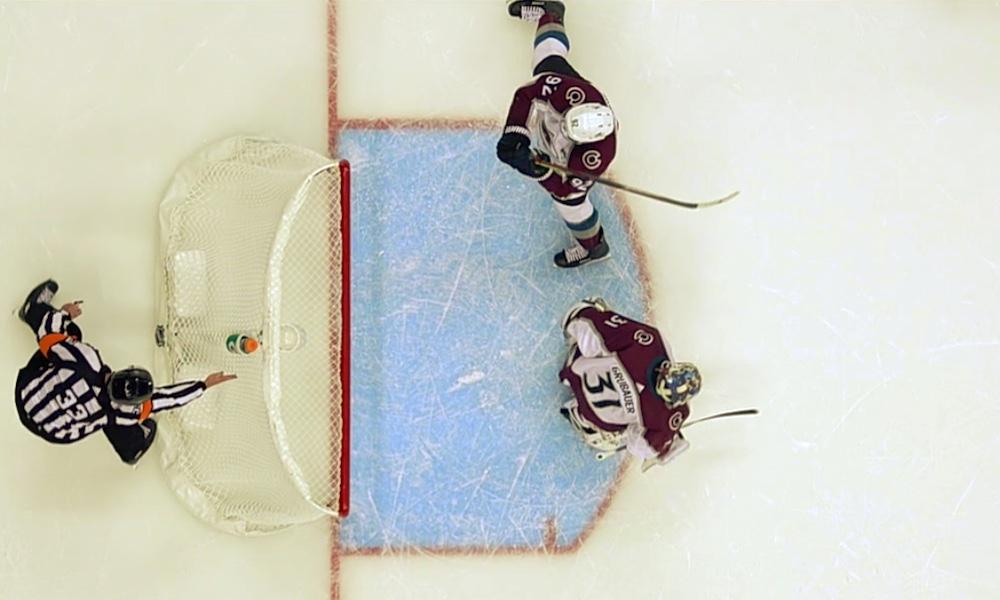 Colorado Avalanchen Gabriel Landeskogilta karmiva räpellys jatkoajalla: sähläsi kiekon omaan maaliin Pittsburgh Penguinsia vastaan.
