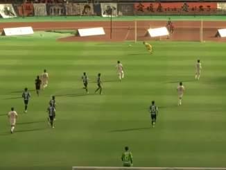 Maalivahti päästi 2 maalia puolesta kentästä Japanin toiseksi korkeimmalla sarjatasolla, vain 90 sekunnin sisään.