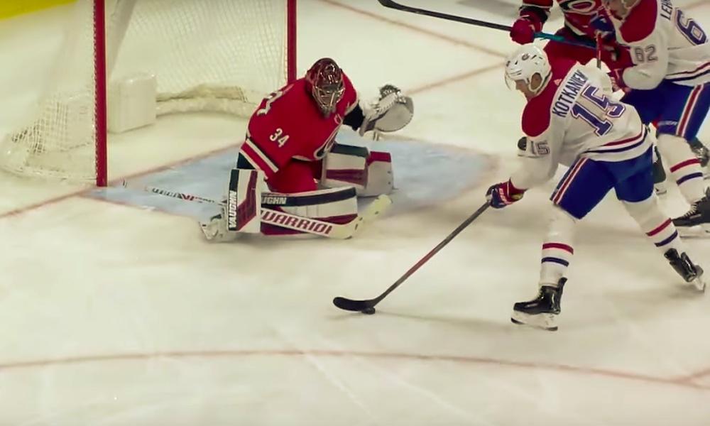 Jesperi Kotkaniemi teki historiallisen maalin Carolina Hurricanesia vastaan, sillä kyseessä oli hänen NHL-uransa ensimmäinen vierasmaali.