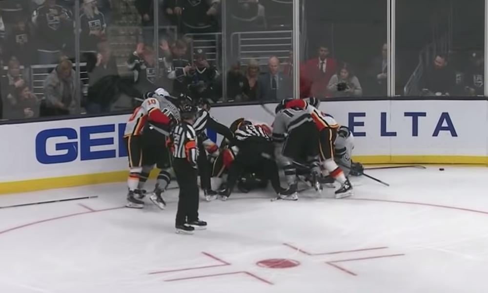 Taklaus sai aikaan hurjan kahakan NHL:ssä: Los Angeles Kingsin ja Calgary Flamesin välisessä ottelussa tapahtui varsin tapahtumarikas tilanne.