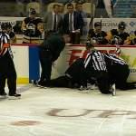 NHL-linjatuomari kaatui pahannäköisesti Pittsburgh Penguinsin ja Colorado Avalanchen välisessä ottelussa, mutta mitä ilmeisimmin hän (Michel Cormier) selvisi tilanteesta säikähdyksellä.