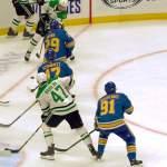 Dallas Starsin suomalaistähti Miro Heiskanen maalasi lähes nollakulmasta hallitsevan Stanley Cup -voittajan, St. Louis Bluesin verkkoon.