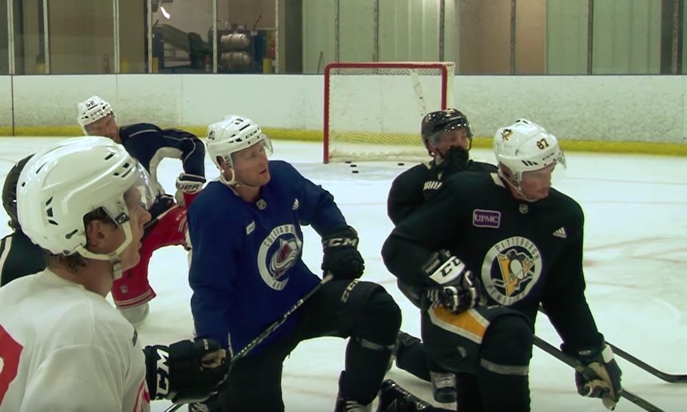Pikkufanit yhdistivät MacKinnonin ja Crosbyn paidat, kun he eivät tienneet kumpaako novascotialaista kannustaa Colorado Avalanchen ja Pittsburgh Penguinsin välisessä ottelussa.