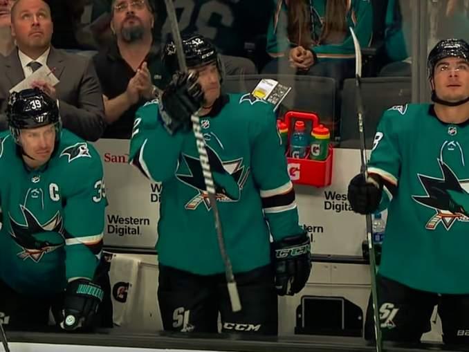Patrick Marleau kyynelehti, kun hän sai San Jose Sharksin faneilta standing ovationin.