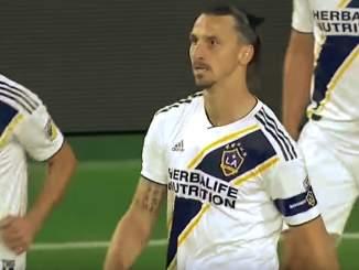 Zlatan suuttui vastustajan fanille ja esitteli tälle etumustaan, Los Angeles Galaxyn pudottua Los Angeles FC:lle pudotuspeleissä.