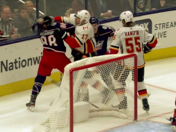 Calgary Flamesin Milan Lucicilta raukkamainen lyönti: kiskaisi täysin odottamattomasti Columbus Blue Jacketsin Kole Sherwoodia turpaan.