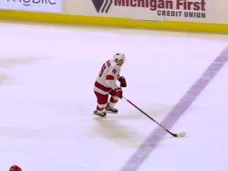 Carolina Hurricanesin Teuvo Teräväisellä huima marraskuu: iski viime yön NHL-kierroksella tehot 1+1 Detroit Red Wingsiä vastaan.