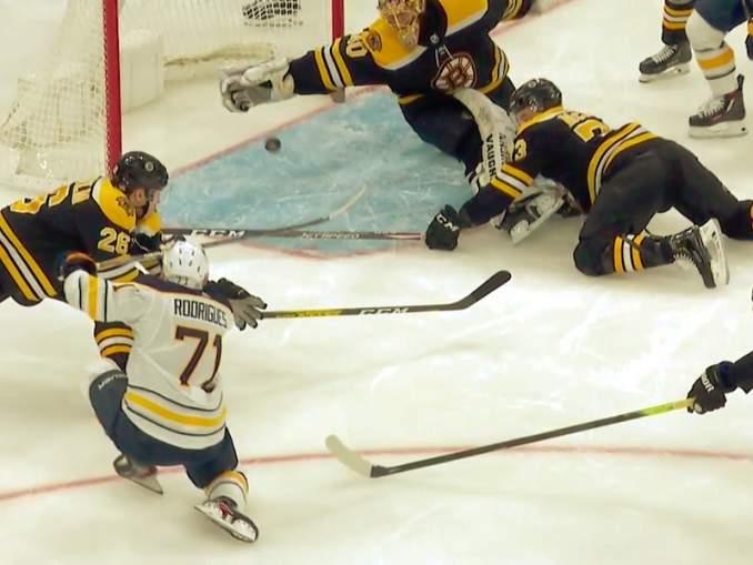 Ottelun ykköstähdeksi valitulta Boston Bruinsin Tuukka Raskilta sairas kilpitorjunta Buffalo Sabresia vastaan.