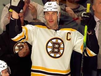 Montreal Canadiens ja standing ovation Charalle, verivihollisena toimivan Boston Bruinsin kapteenille, joka pelasi NHL-uransa 1 500. runkosarjaottelun: aivan mieletön ele.