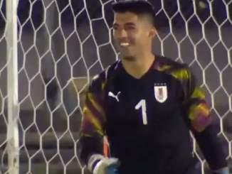 Luis Suárez hääräsi maalivahtina Forlánin juhlaottelussa.