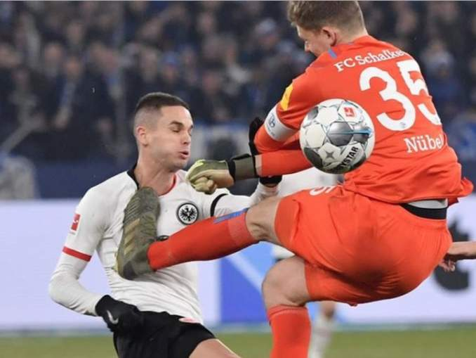 Schalke-vahti potkaisi vastustajaa rintaan Bundesliiga-ottelussa ja sai rangaistukseksi neljän ottelun pelikiellon ja mojovan sakon.