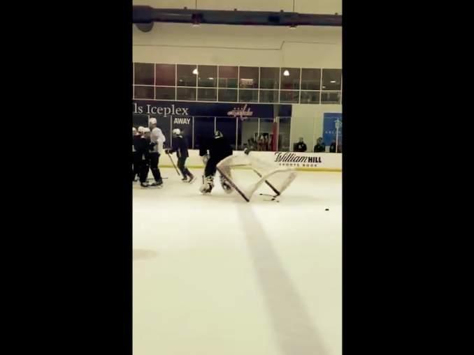 Boston Bruinsin Tuukka Rask riehui treeneissä: hän rikkoi mailansa säpäleiksi, heitteli mailansa osia jäälle, tuuletteli sarkastisesti ja kaatoi maalinsa.