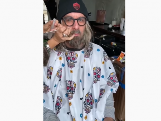 VIDEO: De Rossi maskeerattiin - pääsi kokemaan fanikatsomon tunnelman