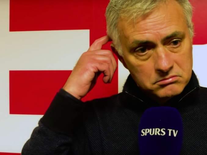 Tottenhamin Jose Mourinho sai keltaisen urkittuaan Southampton-valmentajan muistiinpanoja ja antoi huikean haastattelun aiheesta.