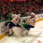 Miro Heiskasella aivotärähdys? Dallas Starsin suomalaispuolustaja sai Buffalon Rasmus Asplundin poikittaisesta mailasta ja polvesta päähän.