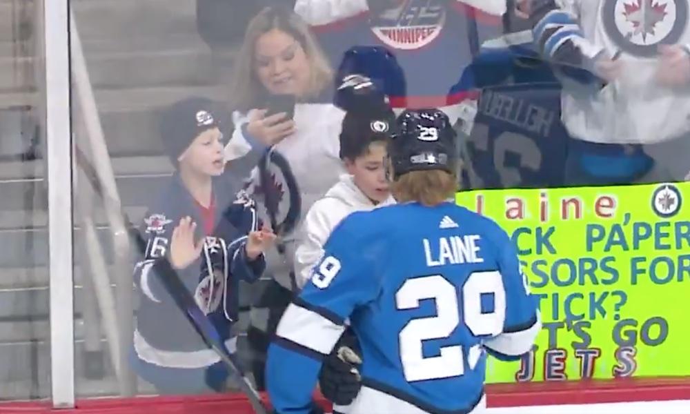 Patrik Laine taas kivi-paperi-sakset-pelissä. Winnipeg Jetsin suomalaishyökkääjä on nähtävästi ottanut nimikkopelikseen kivi-paperi-sakset-pelin.