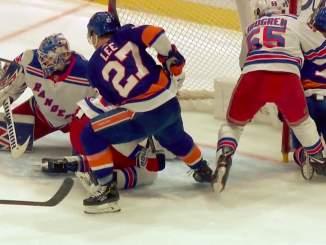 Colorado Avalanchen Joonas Donskoin telonut Ryan Lindgren tuuttasi tällä kertaa Jordan Eberlen poikittaisella mailalla tolppaa päin.