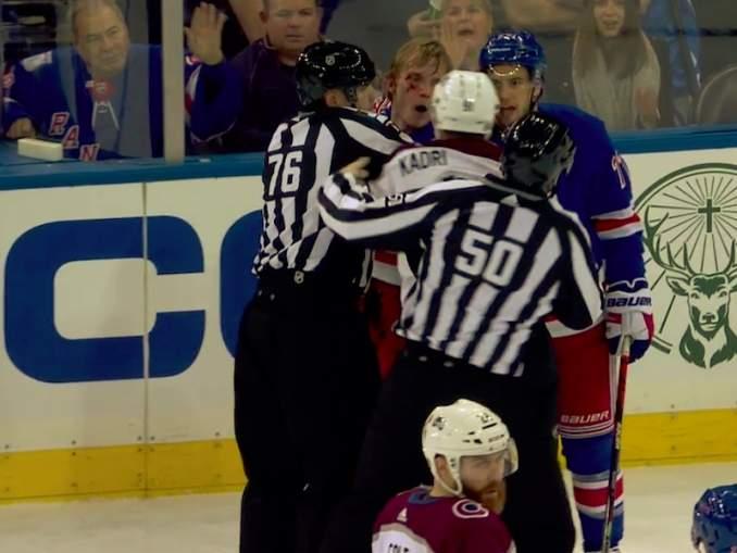 Joonas Donskoi törkytaklauksen kohteena: New York Rangersin Ryan Lindgren taklasi rumasti kyynärpäällä päähän ja sai sen jälkeen kunnon selkäsaunan Nazem Kadrilta.