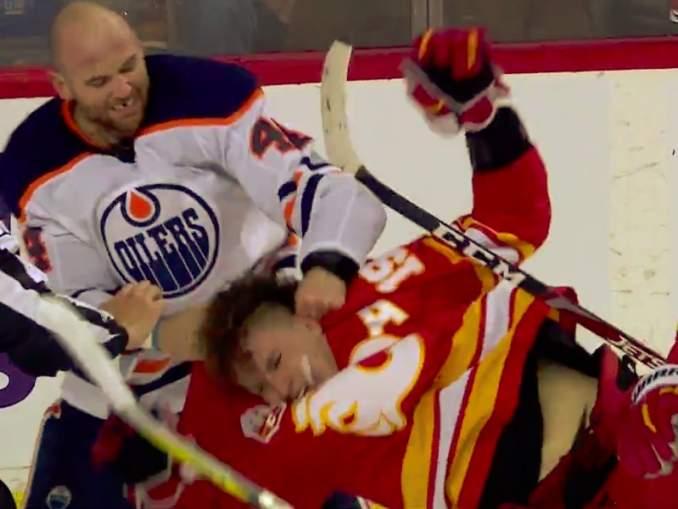 Calgary Flamesin Matthew Tkachukilta kyseenalaiset taklaukset Zack Kassianiin: sen jälkeen Kassian vei Flames-tähteä kuin märkää rättiä.