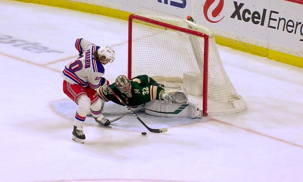 New York Rangersin Artemi Panarinilta mieletön rankkari, mutta kysymys kuuluu: miten noin räikeä virhe meni ohi videotarkastuksessa?