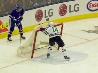 Dallas Starsin kippari Jamie Benn osoitti luovaa laiskuutta karvaamalla kiekkoa Toronto Maple Leafsin maalin alta.